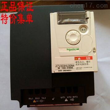 产品介绍 ATV303变频器可供0.37kW至11 kW电机使用。 380...460 V三相0.37kW至11kW (ATV303HN4) 。 ATV303全系列变频器满足国际标准IEC/EN61800-5-1和IEC/EN61800-3, 符合环境保护相关规范(RoHS, WEEE) 。 ATV303 变频器的设计从以下方面考虑而实现即插即用: 1.紧凑的尺寸 2.集成的功能 3.
