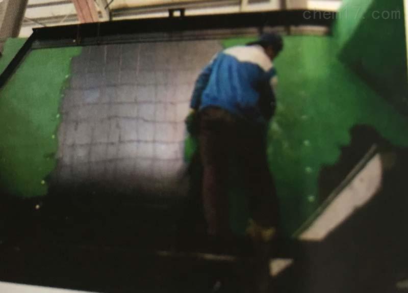 多用途玻璃鳞片涂料密封系数说明 玻璃鳞片(Glass Flakes)是一种5微米厚的玻璃碎片。它是由1200以上的熔融中碱玻璃,经吹泡、冷却、粉碎、筛选及碾磨等工艺步骤所制得。以这种玻璃鳞片作为填料的防腐涂层,具有很高的粘结力和优良的耐化学药品及抗老化性能性。 多用途玻璃鳞片涂料密封系数说明 施工后的玻璃鳞片涂料中,横纵比高达30-120的扁平型的玻璃鳞片在树脂中呈平行重叠排列的宫式结构,从而形成致密的防渗层结构。腐蚀介质在固化后的树脂中的渗透必须经过无数条曲折的途径,因此在一定厚度的耐腐蚀层中,腐蚀渗透