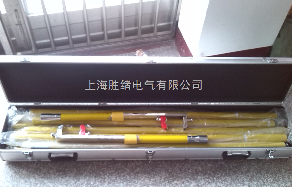 SX-1168高空接线钳特点 1、 操作简单。用专用操作杆将接线钳的上钳口挂卡在需接线的位置上,通过推拉专用操作杆即可使钳口自由开合,完成接线工作。接线钳开口尺寸大(70mm),并设有导向机构,挂卡极为方便。 2、 夹力大。接线钳上、下钳口之间利用了动滑轮省力的原理,使用较小的拉力便可得到较大夹力。 3、 接线钳内部设有夹力锁定和释放装置。拉动专用操作杆时,钳内的弹力储能装置可使钳口在任何需要的力度上自动锁住,若不推动专用操作杆,自锁装置绝不会自开。推动专用操作杆时,钳内的释放装置可使夹紧的钳口打开,操作