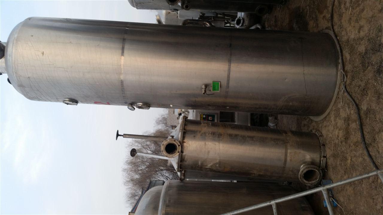 沿管壁成膜状上升并继续蒸发,汽,液混合物在分离器2内分离,完成液由