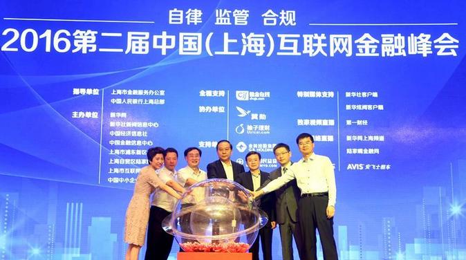 首次召开的2016中国能源互联网峰会上的一大亮点是中国能源研究会和埃森哲公司联合发布了《中国能源互联网企业高管调研报告》。该《报告》围绕能源互联网生态圈涉及的各类企业,对近百名现任中国能源生态圈企业高管进行访谈调研,以第一手数据呈现出了企业决策者对这一新兴市场的感知程度、战略调整和现实顾虑,同时揭示了企业在中国能源互联网元年所处的真实定位、期待与挑战。      《报告》显示,受访高管普遍认为能源互联网将对现有中国能源产业链产生冲击,产业链的变局首先来自需求侧。受访高管对转型创新大多持谨慎态度,对于如